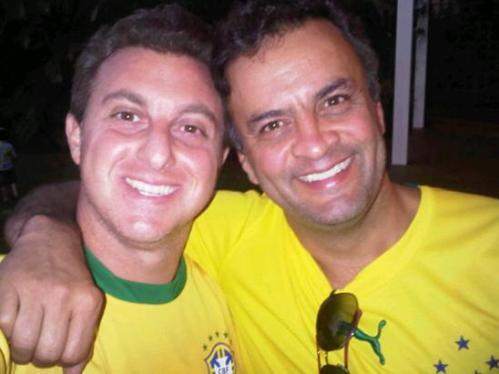 Aécio Neves e Luciano Huck comemoram juntos a vitória da seleção